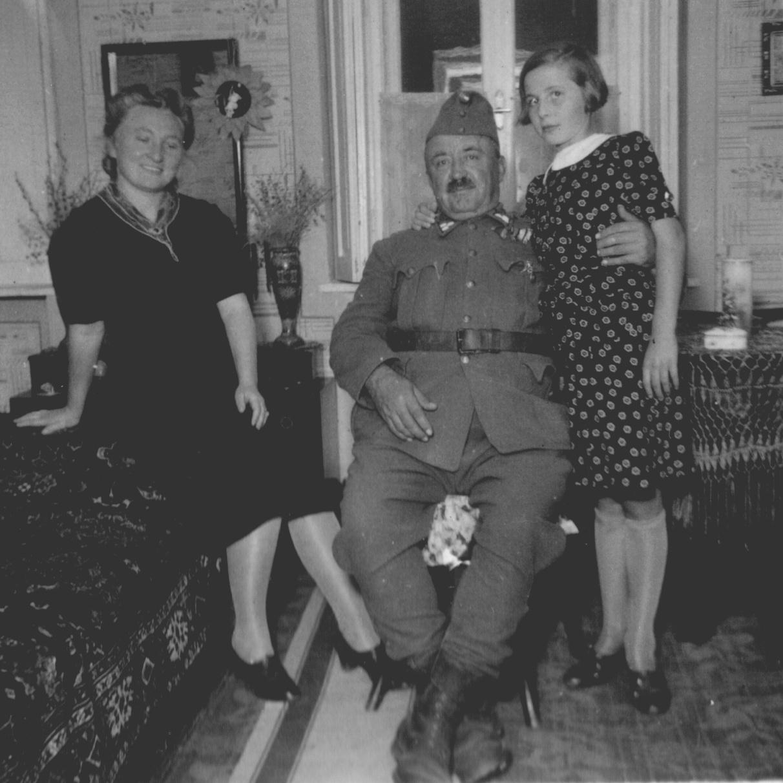 nagyapo_katona-1 menyével és lányával Máriával